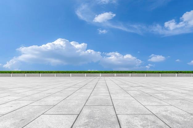 Straßenboden und himmelswolkenlandschaft