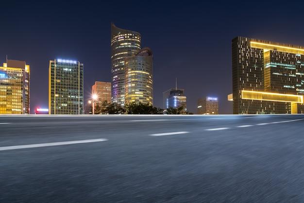 Straßenboden und moderne architektonische landschaftsskyline der chinesischen stadt
