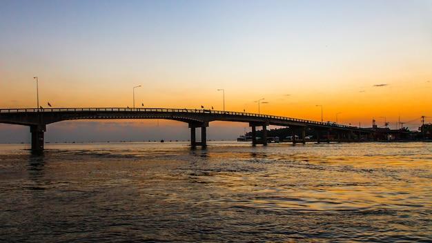 Straßenbrücke auf sonnenaufganghimmel
