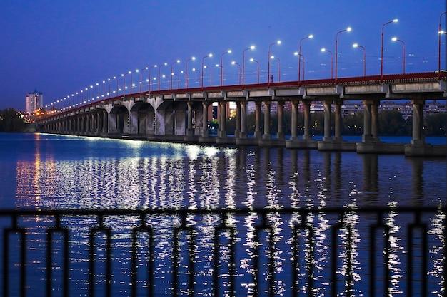 Straßenbrücke über einen breiten fluss