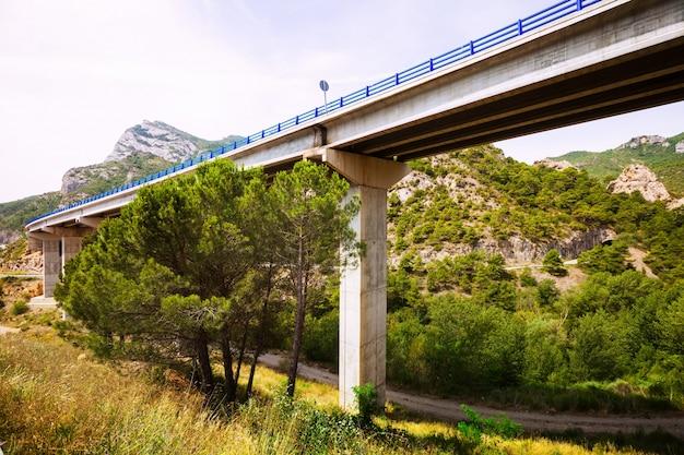 Straßenbrücken in den bergen