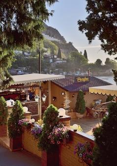 Straßencafé am frühen morgen in gurzuf auf dem hintergrund der felsen