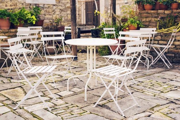 Straßencafé. gemütliches café im freien in europa