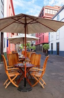 Straßencafé in der altstadt von la laguna, teneriffa, spanien