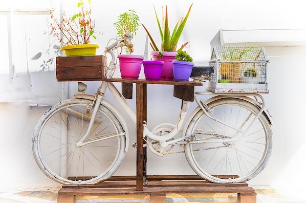 Straßendekoration mit altem retro-fahrrad und blumen