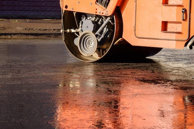 Straßenfertiger, walzen in der nähe von straßenarbeiten. reparatur von straßen