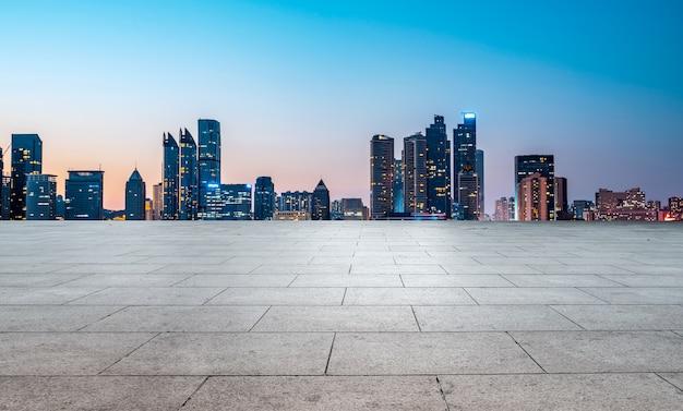Straßengrund und moderne architektonische landschafts-skyline der chinesischen stadt