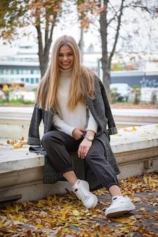 Straßenherbstporträt der schönen blondine