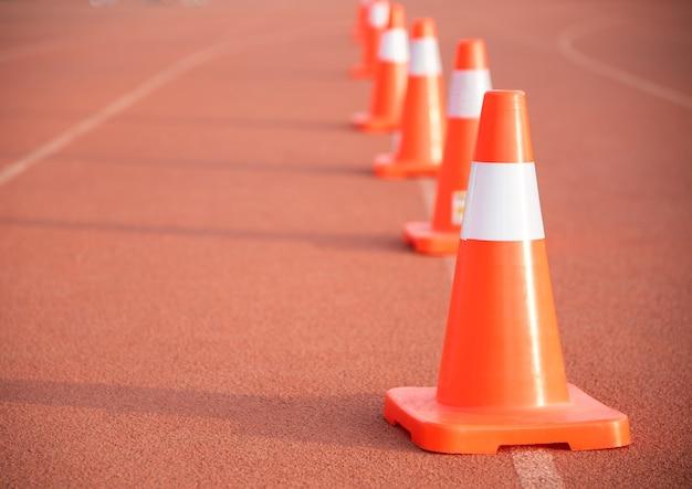 Straßenkegel auf orangefarbenem boden um den weg zu blockieren und anzuzeigen