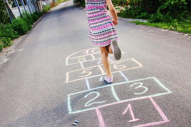 Straßenkinderspiele in klassikern. selektiver fokus