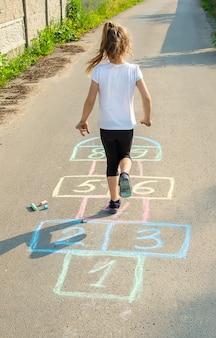 Straßenkinderspiele in klassikern. tiefenschärfe.