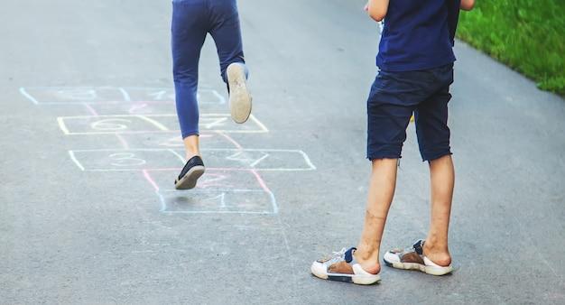 Straßenkinderspiele in klassikern.