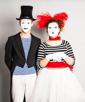 Straßenkünstler, die zwei pantomimen mann und frau am aprilscherztag durchführen.