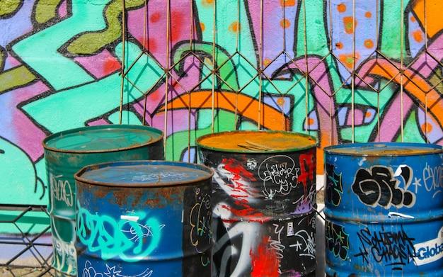 Straßenkunstgraffiti gemalte bunte wand. industrielandschaft.
