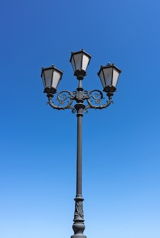 Straßenlaterne gegen den blauen himmel straßenbeleuchtung und beleuchtungskörper