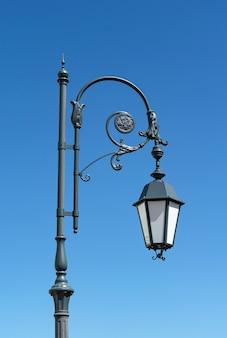 Straßenlaterne im retro-stil gegen den blauen himmel