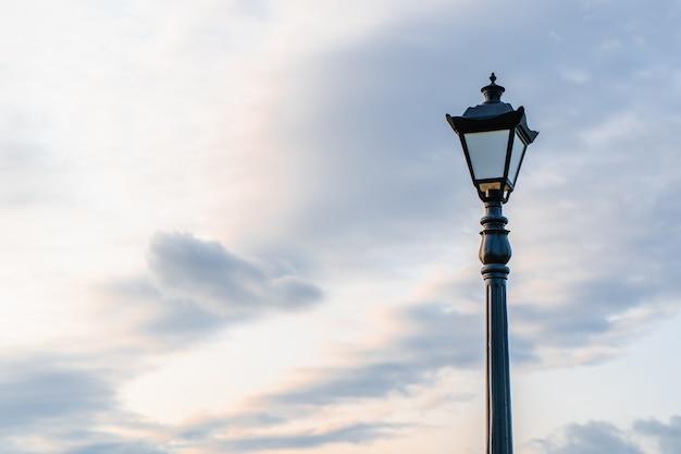 Straßenlaterne mit klassischem laternenpfahl gegen einen bewölkten himmel. laternenpfahl im vintage-stil im freien mit kopienraum