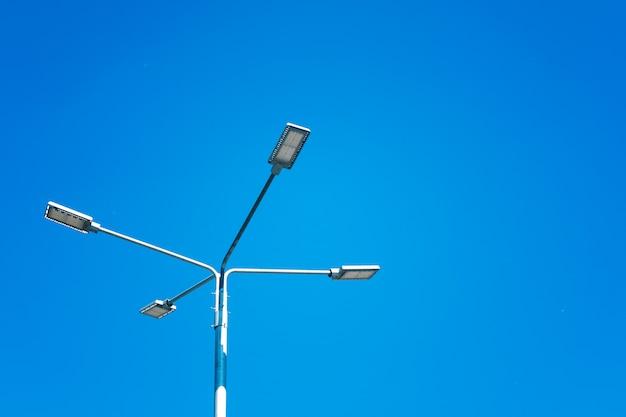Straßenlaterne mit reflektoren gegen den himmel. energiespartechnologien.