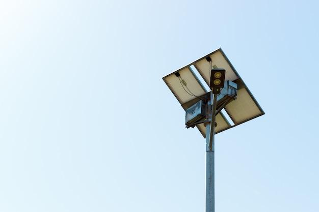 Straßenlaterne mit solarzellenplatte auf hintergrund des blauen himmels