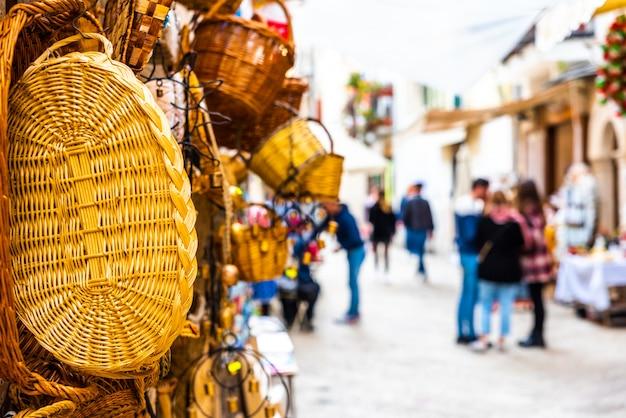 Straßenmarkt für die einwohner und touristen, die durch die straßen von bari laufen.