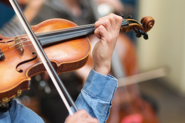 Straßenmusiker, der violine in den straßen spielt.