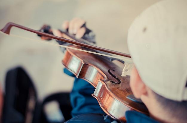 Straßenmusiker spielt geige