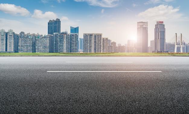 Straßenoberfläche und skyline von nanchang city