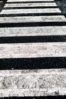 Straßenoberflächenmarkierung und verkehrskonzept - nahaufnahme des zebrastreifens
