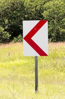 Straßenpfeilzeichen im freien nach links zeigend