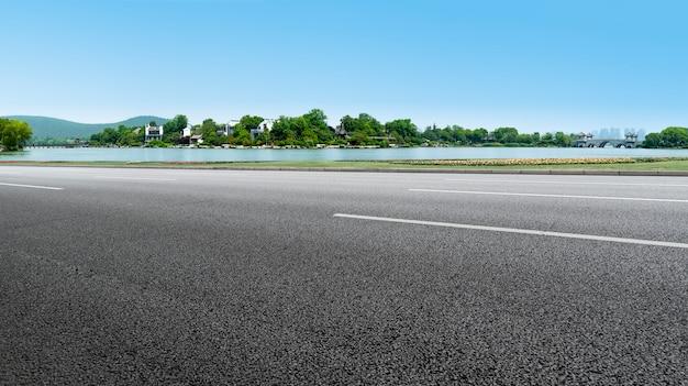 Straßenpflaster und naturlandschaft der landschaft