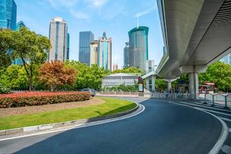 Straßenpflasterung und Bürogebäude im Handelsgebäude, Shanghai-Finanzbezirk