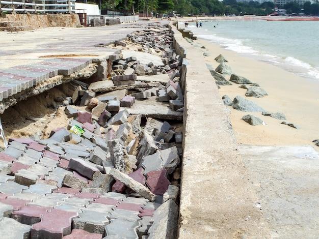 Straßenpromenade durch sturmflut beschädigt
