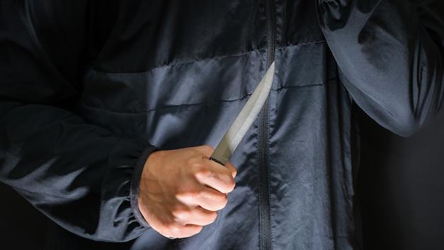Straßenräuber mit einem messer - mörder mit scharfem messer im begriff, einen mord zu begehen.