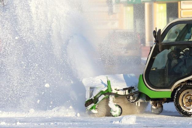 Straßenreinigung der stadt von schnee mit hilfe von spezialausrüstung mini