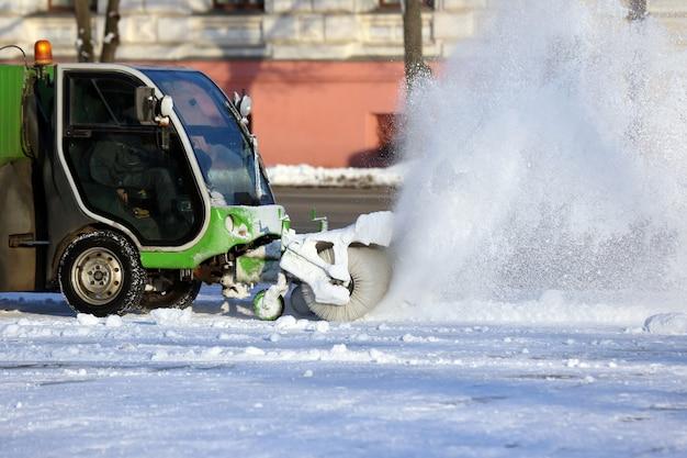 Straßenreinigung der stadt von schnee mit hilfe von spezialmaschinen
