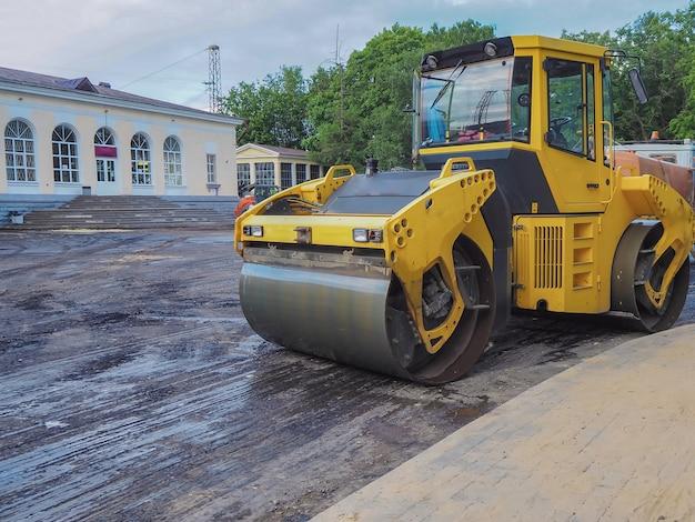 Straßenreparaturen. eisbahn bügelt asphalt. die große eisbahn bereitet die fahrbahn für asphalt vor.