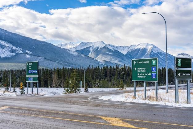 Straßenschild der transcanada highway stadt banff ausfahrt banff nationalpark ab kanada can