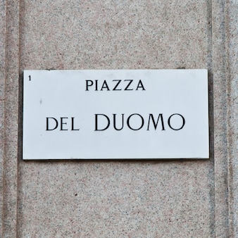 Straßenschild des berühmten interessanten punktes im zentrum von mailand - italien