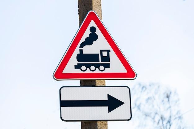 Straßenschild rotes dreieck mit zugmuster.