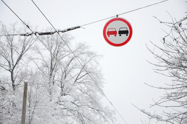 Straßenschild. überholen ist verboten