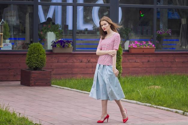 Straßenstil der eleganten kaukasischen jungen frau für den sommer.