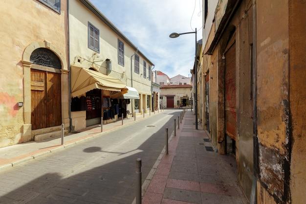 Straßenszene in einer alten stadt in europa