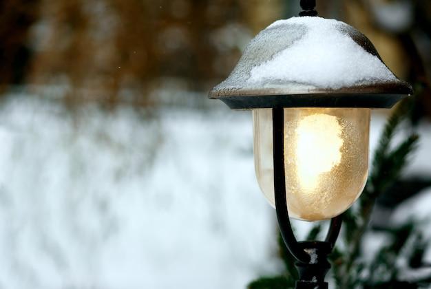 Straßenszene mit laterne und schnee