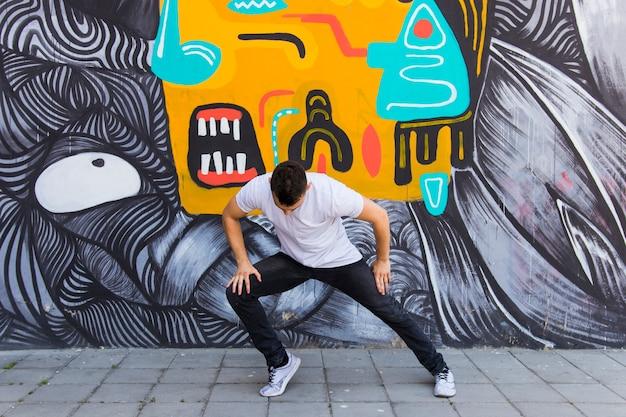 Straßentänzer, der auf straße tanzt