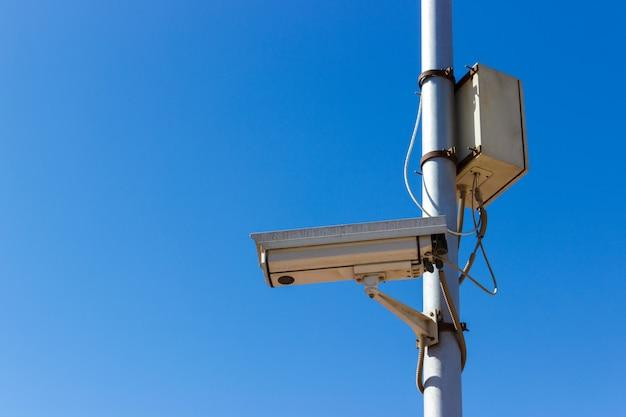 Straßenüberwachungskamera auf blauem himmel