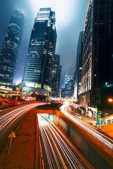 Straßenverkehr bei sonnenuntergang in der dämmerung in hong kong.
