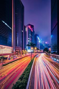 Straßenverkehr in hong kong in der nacht