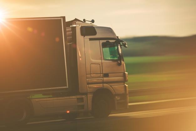Straßenverkehr mit dem lkw