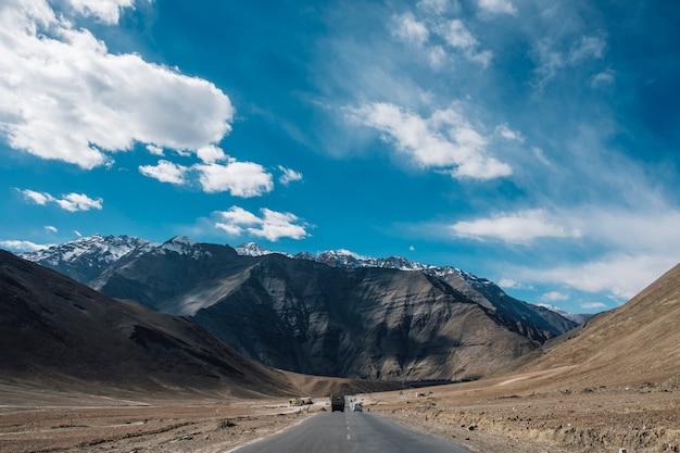 Straßenweise des magnetischen hügelberges und des blauen himmels in leh ladakh, indien