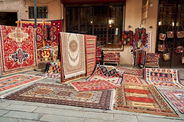 Straßenzähler von traditionellen teppichen auf der straße in tiflis.